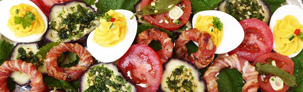gefüllte Eier, Zwiebelringe, Auberginen-Happen mit Tomaten © Sabine Witzke